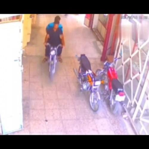 (فیلم) سرقت عجیب موتورسیکلت توسط پسر بچه