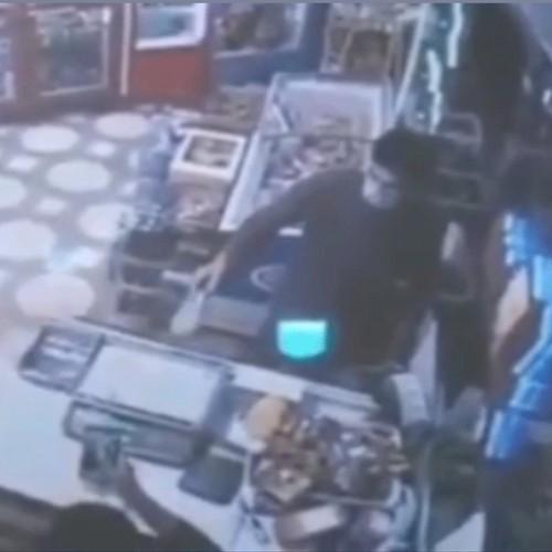(فیلم) سرقت تلفن همراه صاحب سوپرمارکت به بهانه خرید ماست!