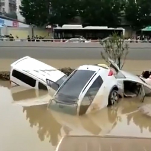 فیلمی عجیب از قبرستان خودروهای به گل نشسته پس از وقوع سیل در چین