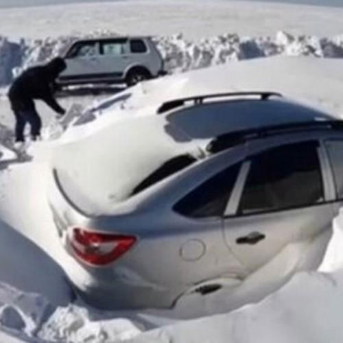 فیلمی از مدفون شدن خودروها زیر برف سنگین