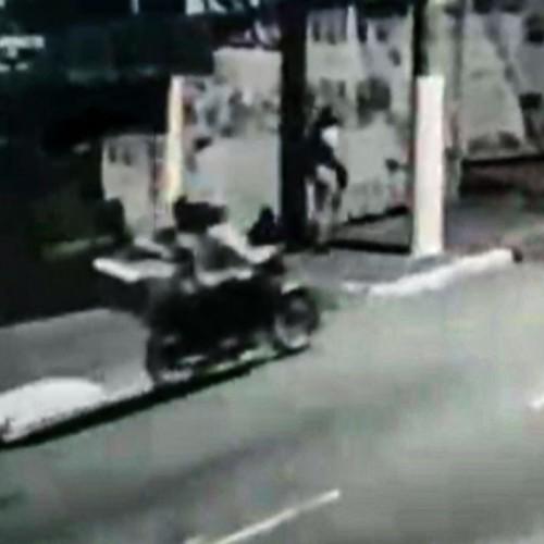 (فیلم) فرار دو سارق موتورسوار از یک زن تنها در خیابان!