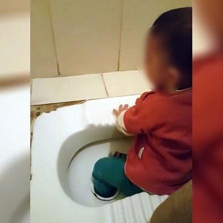 (فیلم) گیر کردن پای یک کودک در کاسه توالت!