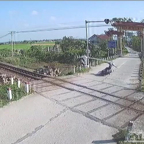 حادثه برای راکب موتور روی ریل راه آهن