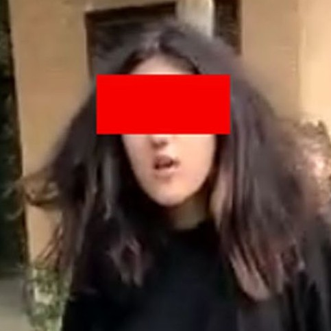 هلیا دختر قمه کش در روز اول مهر در مسیر مدرسه +فیلم