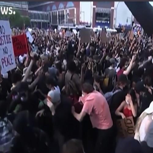 همبستگی پلیس رنگین پوست با معترضان