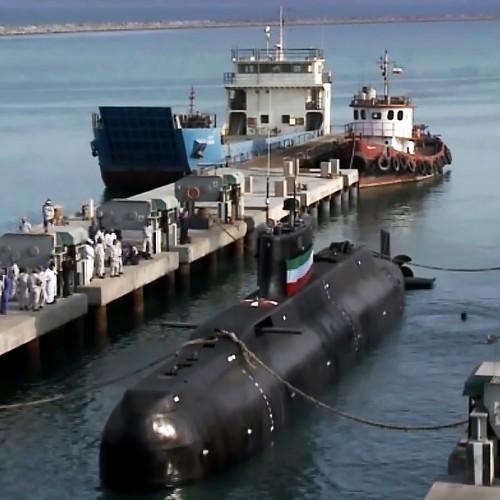 (فیلم) جابجایی زیردریایی ۳۲۰۰ تنی در بندرعباس توسط نیروی دریایی ارتش