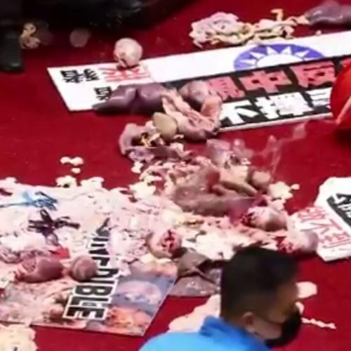 (فیلم) کتک کاری با دل و روده خوک در پارلمان تایوان