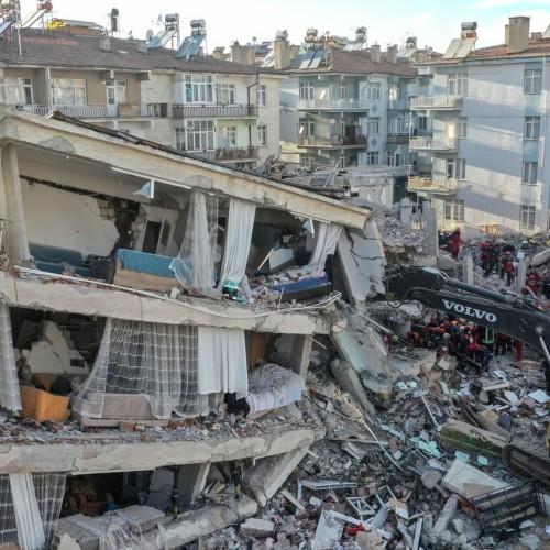 (فیلم) لحظات وقوع زلزله ۶.۶ ریشتری در شهر ازمیر ترکیه از دید دوربینها