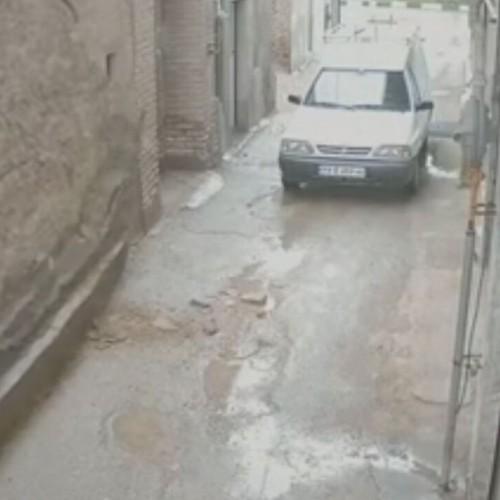 (فیلم) لحظه فرو ریختن وحشتناک دیوار در پی بارش شدید باران