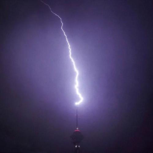(فیلم) لحظه شگفتانگیز برخورد صاعقه با برج میلاد