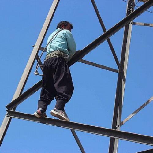 (فیلم) لحظه سقوط کارگر بدشانس از بالای برج مخابراتی