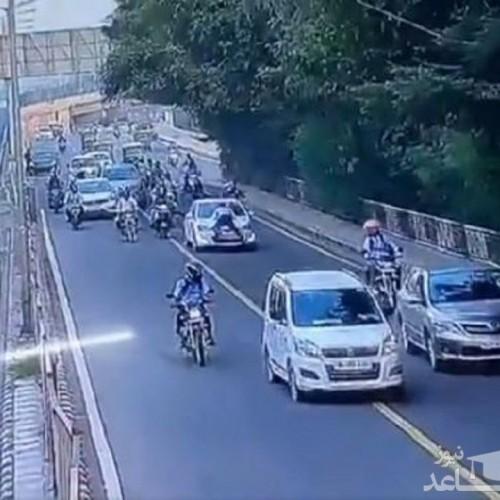 (فیلم) لحظه سقوط پلیس از روی کاپوت خودرو در اتوبان!