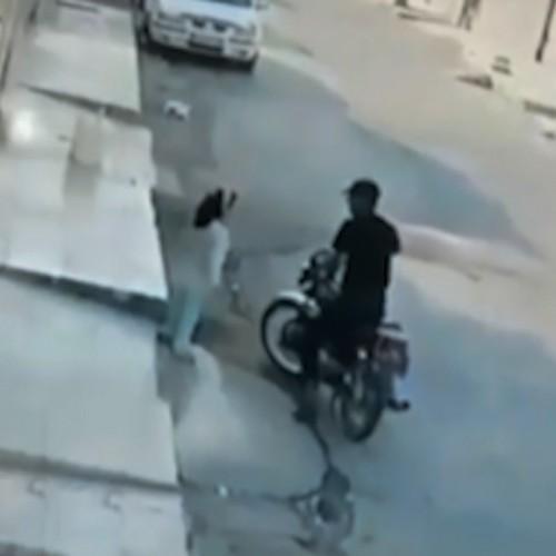 (فیلم) لحظه سرقت گوشواره یک کودک توسط موتورسوار در اهواز