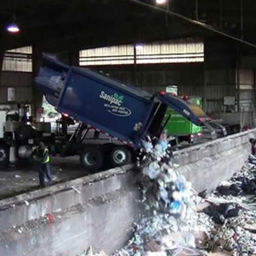 (فیلم) لحظه وحشتناک سقوط کامیون حمل زباله به داخل محل تخلیه