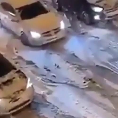 (فیلم) ناتوانی خودروها در عبور از یک جاده برفی