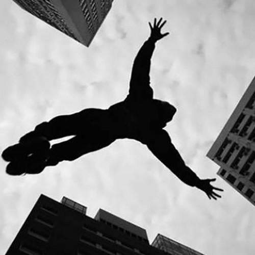 (فیلم) نجات معجزه آسای یک زن در حال سقوط از طبقه پنجم ساختمان