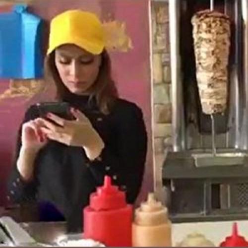 (فیلم) تبلیغ یک فست فود در مکه با دو دختر جنجالی شد
