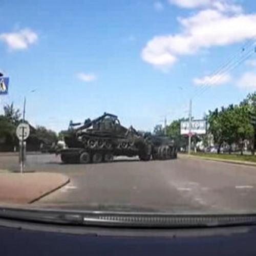(فیلم) پایین افتادن تانک ۳۰ تنی ارتش از روی تریلی