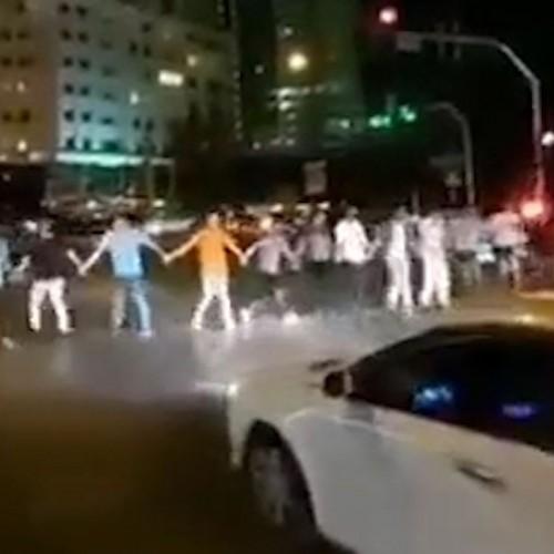 (فیلم) رقص جوانان ایرانی پشت چراغ قرمز برای روحیه دادن به مردم