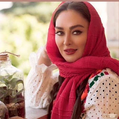سلفی ماشینی الهام حمیدی با آرایش غلیظ