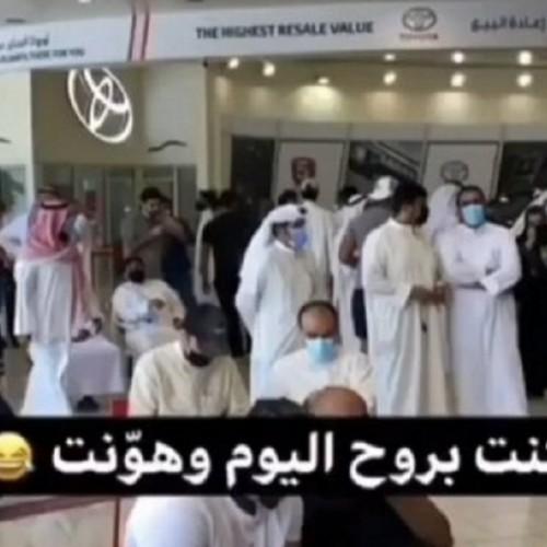 (فیلم) صف طولانی و عجیب اماراتیها برای خرید محصول جدید تویوتا لندکروز