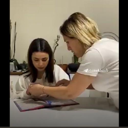 (فیلم) شوخی جالب دختر جوان با مادرش بر سر واکسن