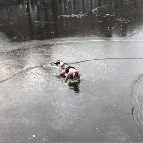 (فیلم) سقوط اسکیت باز هلندی پس از شکسته شدن یخ کانال