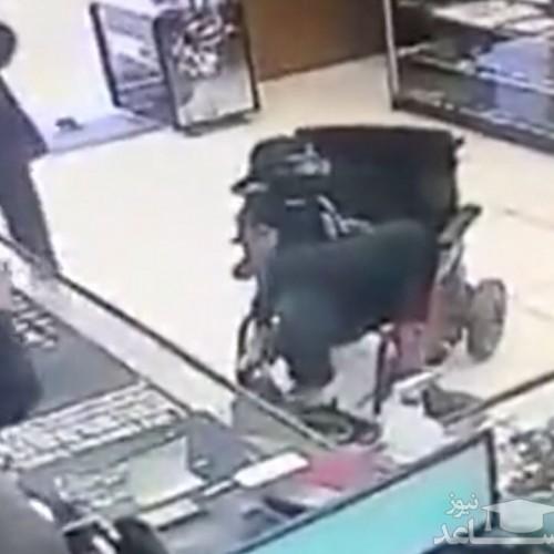 (فیلم) سرقت مسلحانه یک معلول ویلچری از فروشگاه