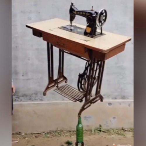 (فیلم) تعادل عجیب یک میز خیاطی بر روی بطری شیشهای