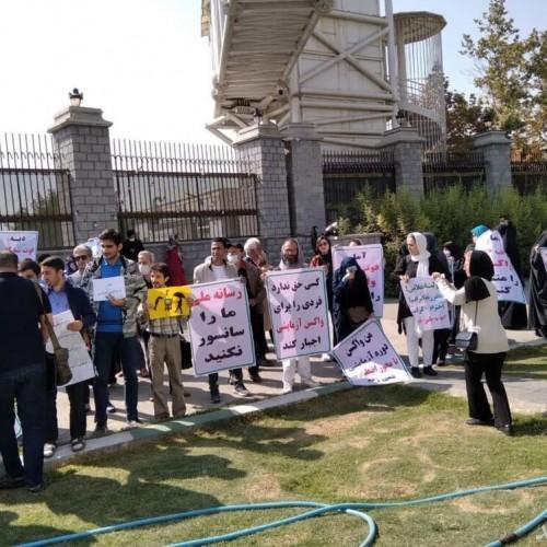 (عکس) تجمع مخالفان واکسیناسیون کرونا در مقابل مجلس