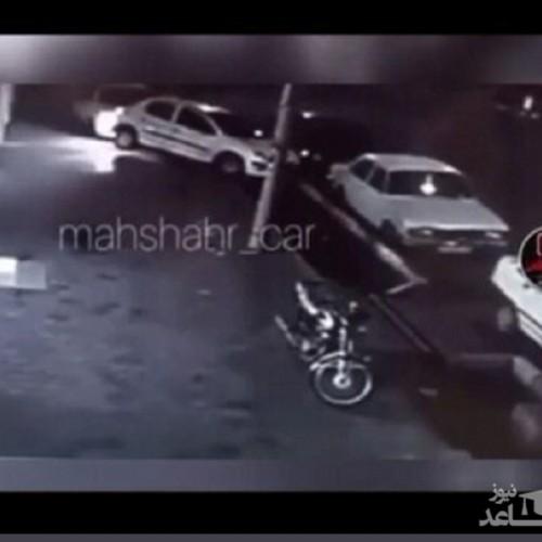 (فیلم) تخریب چند خودرو به دلیل خصومت شخصی با چراغ خاموش