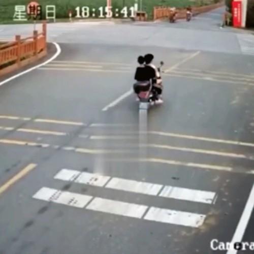 (فیلم) تصادف مرگبار ۳ نوجوان چینی با بونکر سیمان