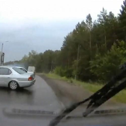 (فیلم) تصادف شاخ به شاخ به دلیل سبقت ناشیانه
