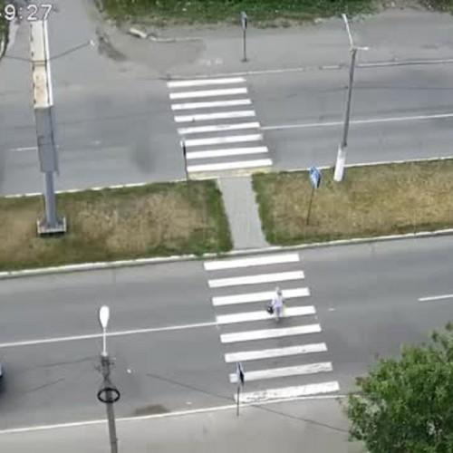 (فیلم) تصادف شدید خودروی سواری با زن نگون بخت روی خط عابر پیاده