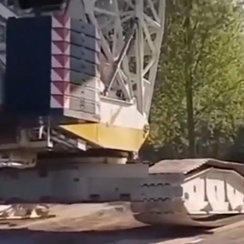 (فیلم) واژگونی جرثقیل هنگام بلند کردن سازه عظیم