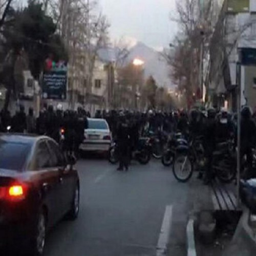 (فیلم)ضرب وشتم عوامل خبری صداوسیما در خیابان پاسداران تهران