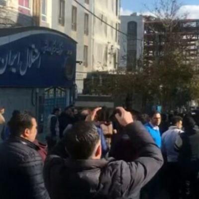 هواداران خشمگین استقلال در پارکینگ باشگاه را شکستند!