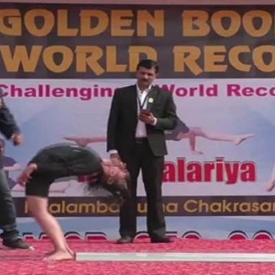 (فیلم) رکوردشکنی در سختترین حرکت یوگا توسط یک دختر
