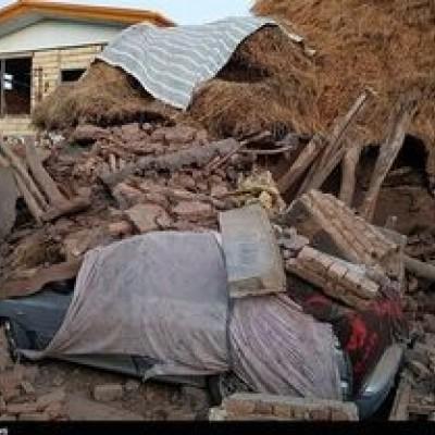 دانشجویان وحشت زده از زلزله در حیاط خوابگاه دانشگاه خوابیدند