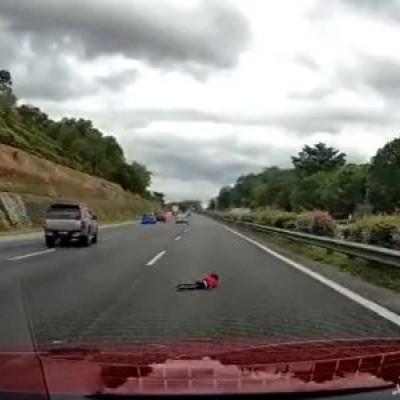 (فیلم) زنده ماندن معجزه آسای کودک ۲ ساله پس از ویراژ دادن پدر در جاده