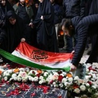 (فیلم) نماهنگی از مراسم تعویض سنگ مزار شهید سلیمانی توسط فرزندانش