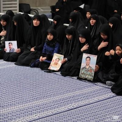 تصویری متفاوت از رهبر انقلاب و فرزندان سردار سلیمانی در مراسم بزرگداشت حاج قاسم