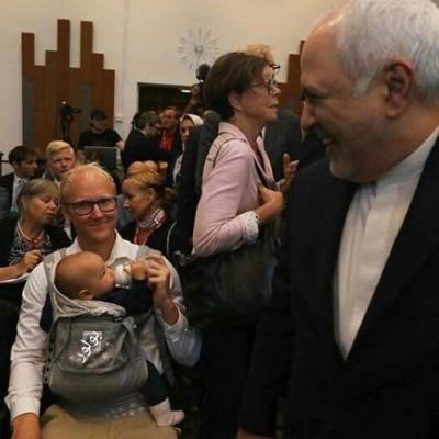 (عکس) شیردادن محقق سوئدی در جریان دیدار با ظریف
