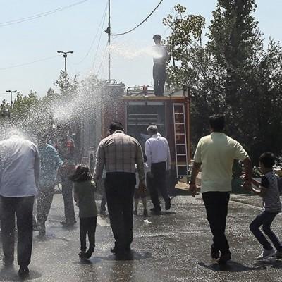 (عکس) آب پاشی بر روی برادران و خواهران نمازگزار در تهران!