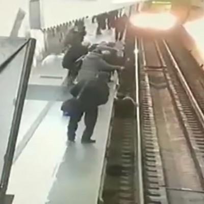 (فیلم) هوشیاری راننده قطار در له نکردن زن سر به هوا در ایستگاه مترو