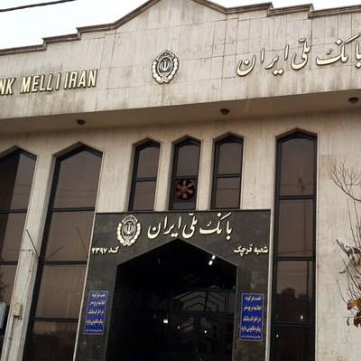 (فیلم) رجزخوانی سارق مسلح پس از سرقت در مقابل بانک ملی زاهدان ! / ساعاتی قبل رخ داد
