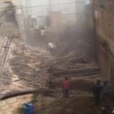 (فیلم) ریزش دیوار بر روی کارگران ساختمانی به دلیل حفاری غیراصولی