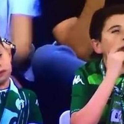 سیگار کشیدن این کودک داخل استادیوم همه را شوکه کرد + عکس