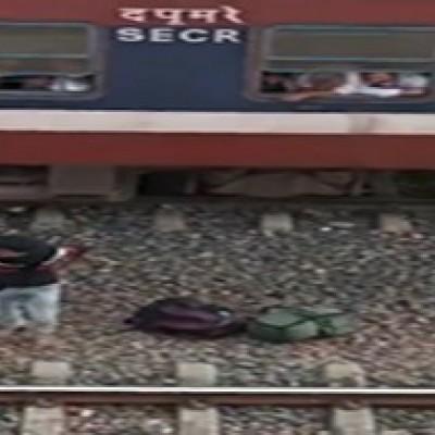 (فیلم) اقدام ناشیانه یک دانش آموز در خوابیدن بر روی ریل قطار