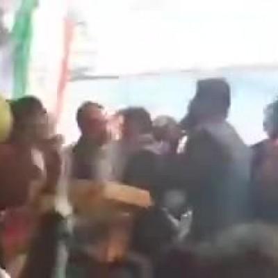 (فیلم) سقوط یک کاندیدا از روی سِن حین سخنرانی